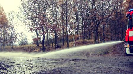 Mangueira de incêndio na mão para remover as consequências das inundações. Imagens