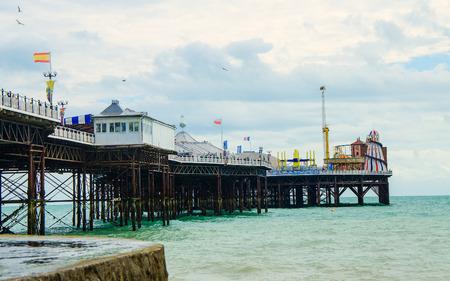 Cais de Brighton na costa inglesa na primavera Imagens