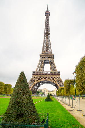 Park tavasszal vasaló párizsi uralta Stock fotó