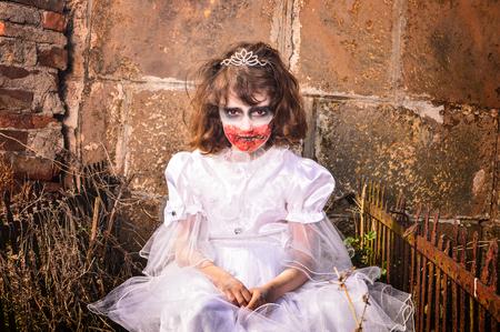 Bebê zombi assustador em um cemitério. Imagens