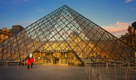 Paris, França - 9,9 2017: O Museu do Louvre é um dos maiores museus do mundo e um monumento histórico. Um marco central de Paris, na França. Editorial