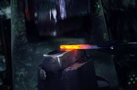 Blacksmith at work, hit with a hammer by a hot metal on the anvil. Banque d'images