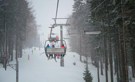 Snow storm of the hill in the ski resort in Krkonose. Standard-Bild