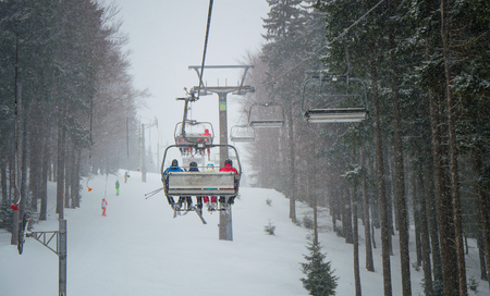 Snow storm of the hill in the ski resort in Krkonose. 免版税图像