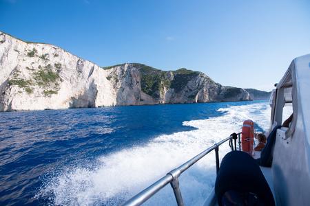 Ship sailing into the bay Navagio at island Zakynthos. Stockfoto