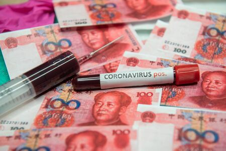 yuan and positive test at coronavirus. 免版税图像