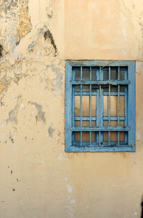 muro rotto: Vecchio muro rotto con finestra