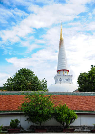 si: NAKHON SI THAMMARAT, THAILAND - SEPTEMBER 24 , 2014: Buddhist chapel and the giant pagoda of Phra Mahathat Woramahawihan temple.
