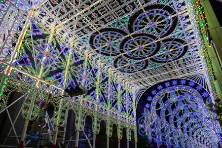 神戸市 - 2016 年 12 月 9 日 - 神戸ルミナリエは、その年の阪神大震災を記念して 1995 年から毎年 12 月に神戸市で開催された光祭りです。 写真素材