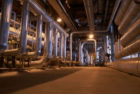 residuos toxicos: Equipos, cables y tuber�as que se encuentran dentro de una moderna planta de energ�a industrial.