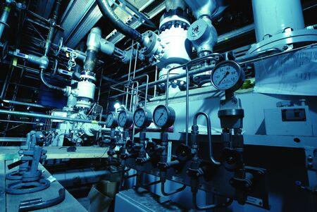Manómetros conectados con muchos tubos metálicos, el interior de la planta de tratamiento de agua Foto de archivo