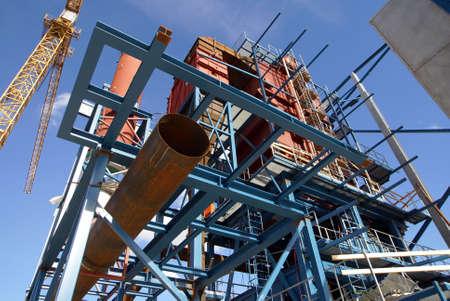 Krane und Balken auf Bau industrielle Fabrik