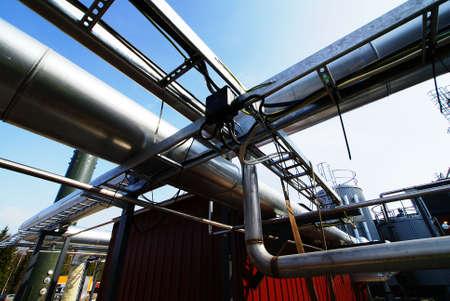 Zone industrielle, des pipelines en acier et des vannes fond de ciel bleu Banque d'images