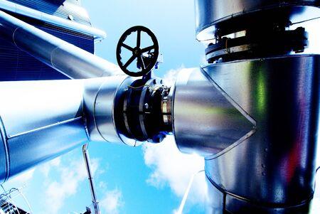 Zone industrielle, des pipelines en acier et des vannes fond de ciel bleu