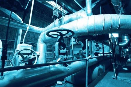 Zona industriale, le tubazioni in acciaio in toni blu