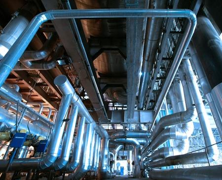 Industrial zone, Steel Pipelines und Kabeln in Blautönen