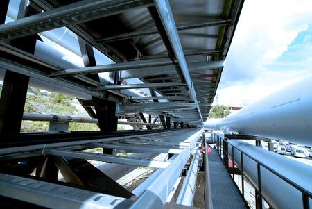 Industrial zone, Staal pijpleidingen en kleppen tegen blauwe hemel