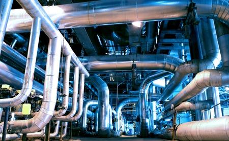 Zona industriale, tubazioni in acciaio e cavi nei toni del blu Archivio Fotografico - 18796932