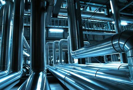 工業地帯、鋼パイプラインとブルーの色調でケーブル