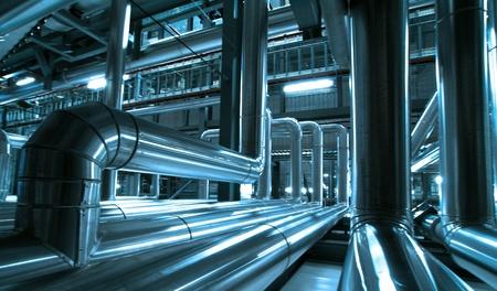 Industrial zone, Staal pijpleidingen en kabels in blauwe tinten