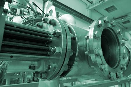 Industriële zone, Staal pijpleidingen in groene tinten Stockfoto