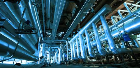 Industriële zone, staal pijpleidingen, kleppen en ladders