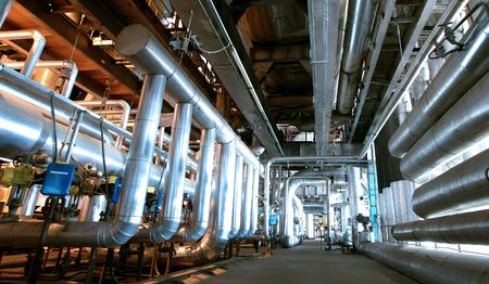 Industrial zone, Staal pijpleidingen en kleppen Stockfoto