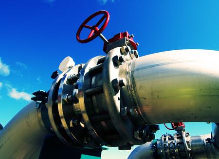 Industrie zone, staal pijp leidingen en kleppen tegen blauwe hemel