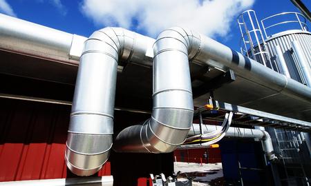 Industrie zone, staal pijp leidingen en pompen Stockfoto