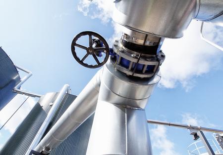 Quipements, câbles et tuyauterie que l'on trouve à l'intérieur d'une centrale électrique industrielle moderne Banque d'images - 24908739