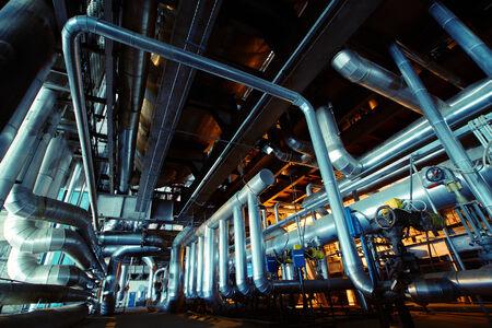 Zona industriale, tubazioni in acciaio e le attrezzature nei toni del blu
