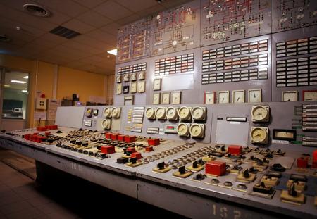 Sala di controllo di un vecchio impianto di generazione di energia Archivio Fotografico - 30207372