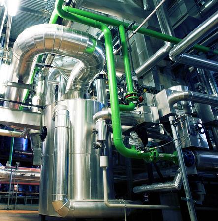 Equipos, cables y tuberías que se encuentran dentro de una moderna planta industrial Foto de archivo - 31897238
