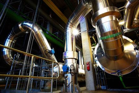 Apparatuur, kabels en leidingen als gevonden binnenkant van een moderne industriële elektriciteitscentrale