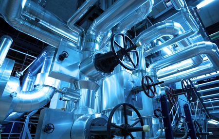 Apparatuur, kabels en leidingen als de binnenkant van een moderne industriële elektriciteitscentrale