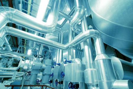 Quipements, câbles et tuyauterie que l'on trouve à l'intérieur d'une centrale électrique industrielle moderne Banque d'images - 37703549