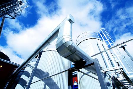 Quipements, câbles et tuyauterie que l'on trouve à l'intérieur d'une centrale électrique industrielle moderne Banque d'images - 38019790