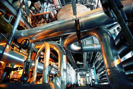 Apparatuur, kabels en leidingen, zoals de binnenkant van een moderne industriële elektriciteitscentrale Stockfoto - 38790176