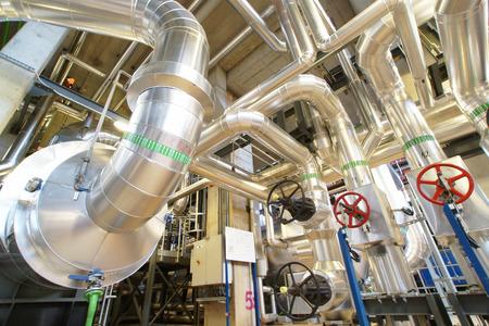 Apparatuur, kabels en leidingen, zoals de binnenkant van een industriële elektriciteitscentrale Stockfoto - 40943755