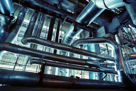 Apparatuur, kabels en leidingen, zoals de binnenkant van een industriële elektriciteitscentrale Stockfoto - 44556687