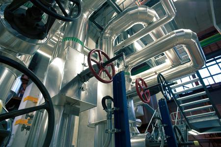 Apparatuur, kabels en leidingen, zoals de binnenkant van een moderne industriële elektriciteitscentrale Stockfoto