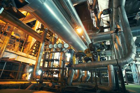 Industriële zone, staal pijpleidingen, kleppen en meters Redactioneel