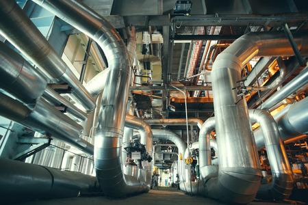 différents tubes et valves de taille et de forme à une centrale électrique