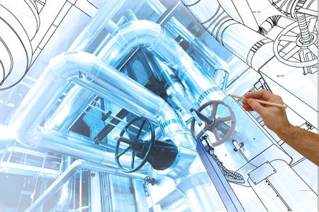 Man mano che disegna un disegno di fabbrica combinato con foto di moderno impianto di potenza industriale