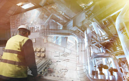 画像と組み合わせて図面に対して演算子として発電所で作業するエンジニア リング人