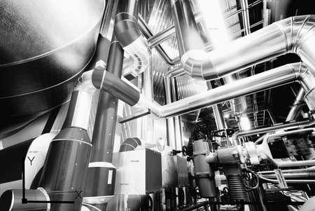 Apparecchiature, cavi e tubature che si trovano all'interno di una moderna centrale elettrica industriale