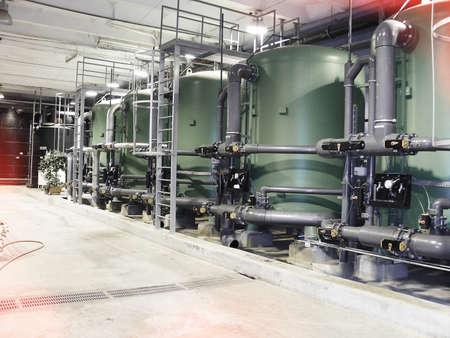 Serbatoi per il trattamento dell'acqua presso la centrale elettrica industriale Archivio Fotografico - 70105862