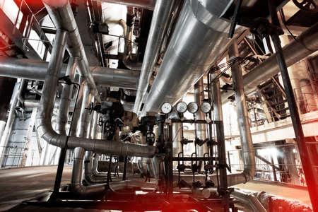 Ausrüstung, Kabel und Rohrleitungen, wie sie sich in einem modernen Industriekraftwerk befinden