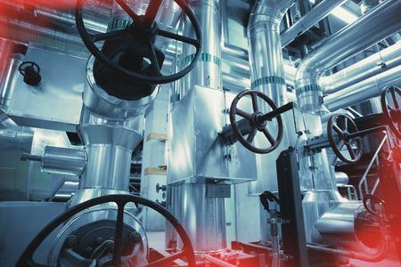 Ausrüstung, Kabel und Rohrleitungen wie in einem modernen Industriekraftwerk gefunden