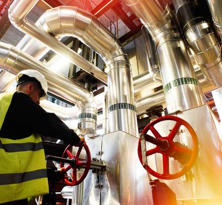 Válvula de giro de trabajador de fábrica moderna
